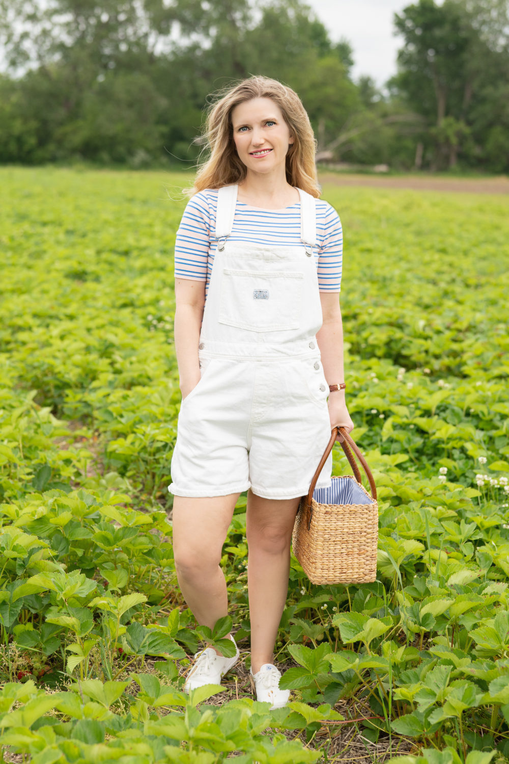 Petite Fashion Blog | Strawberry picking season Levi's shorttalls | Sea and Grass straw bag